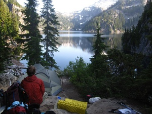 camping-cascades-alpine-lake